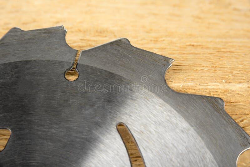 Lâminas de serra elétricas usadas velhas com dentes quebrados fotografia de stock royalty free