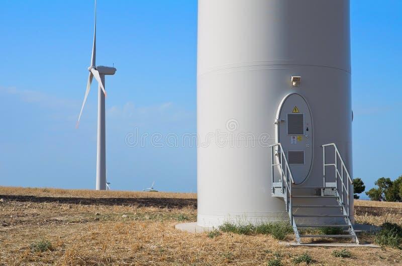 Lâminas de turbina do vento no campo. fotografia de stock