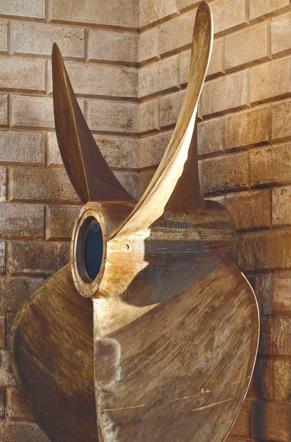 Lâminas enormes do navio como um monumento imagens de stock royalty free