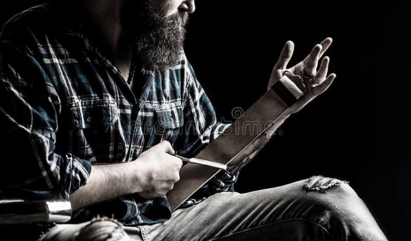 Lâminas retas, barbeiro, barba, lâmina As ferramentas do vintage para barbeiros, apontam a lâmina na escova de couro, lâminas de  foto de stock royalty free
