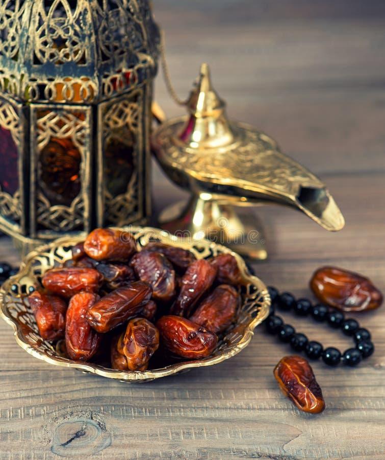 Lâmpada árabe, latern tradicionais, datas e rosário imagem de stock royalty free