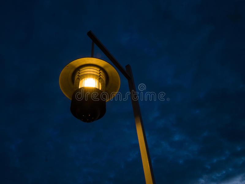 Lâmpada antiga na noite fotografia de stock