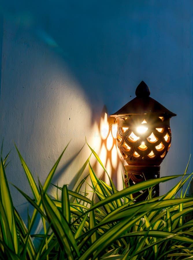 Lâmpada asiática do jardim da cerâmica do estilo na noite fotos de stock royalty free