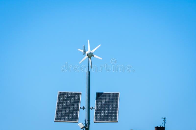 lâmpada Auto-posta do diodo emissor de luz da rua com painel solar imagens de stock