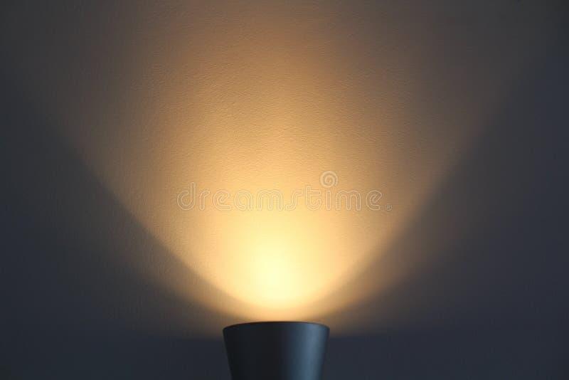 A lâmpada brilha com luz morna imagem de stock
