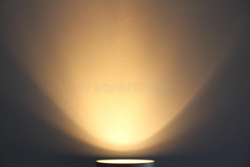 A lâmpada brilha com luz morna fotografia de stock