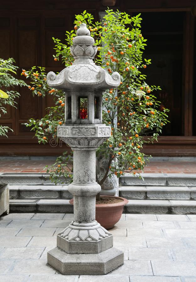 Lâmpada budista de pedra no jardim japonês imagens de stock royalty free
