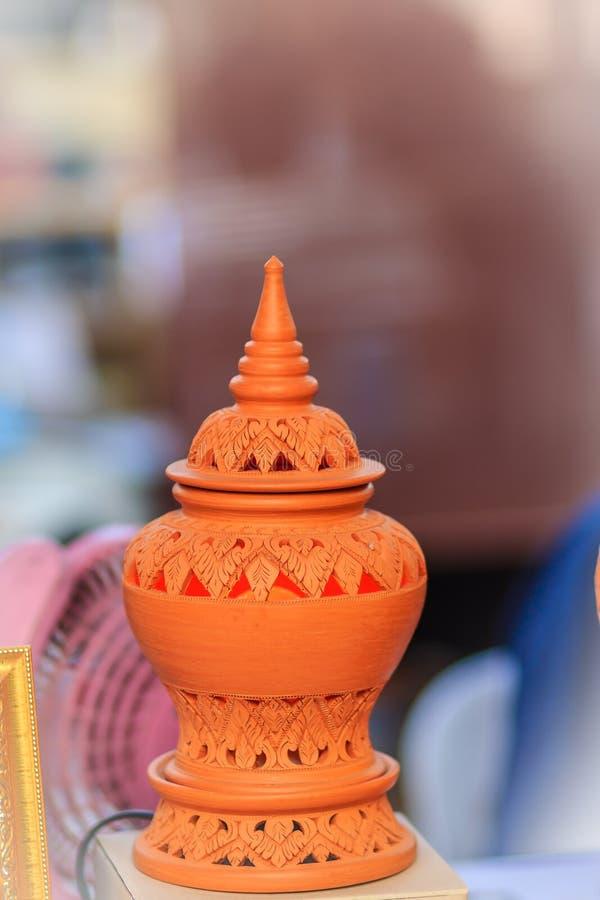 Lâmpada cerâmica feito a mão bonita em testes padrões tailandeses do estilo potter foto de stock