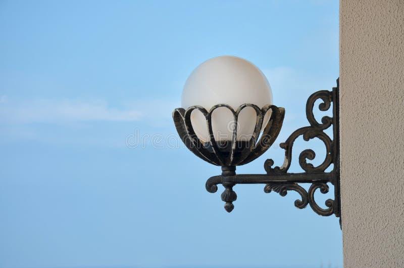 Lâmpada clássica no estilo branco da parede foto de stock