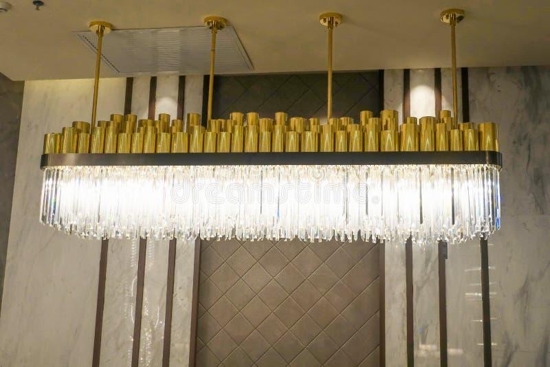 Lâmpada conduzida do candelabro da iluminação no hotel de construção comercial moderno imagem de stock
