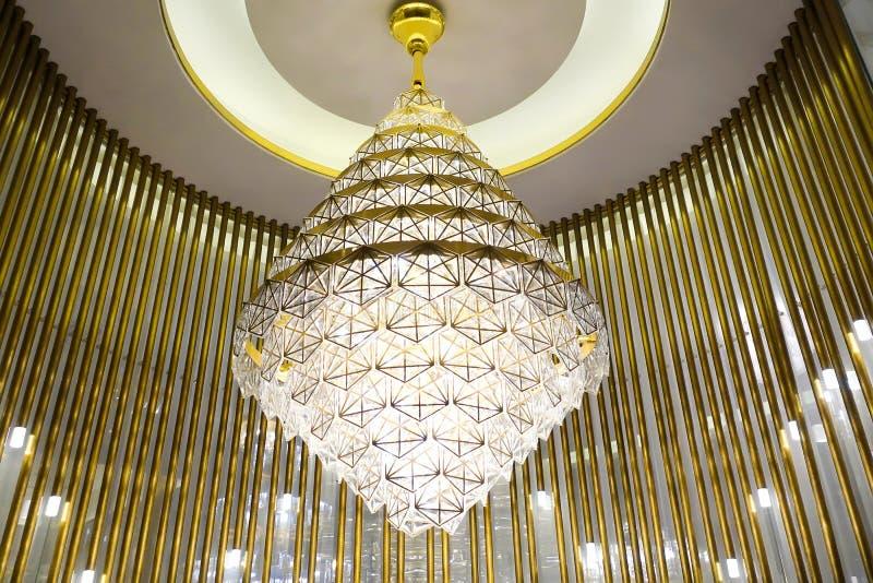 Lâmpada conduzida do candelabro da iluminação no salão de construção comercial moderno do hotel foto de stock