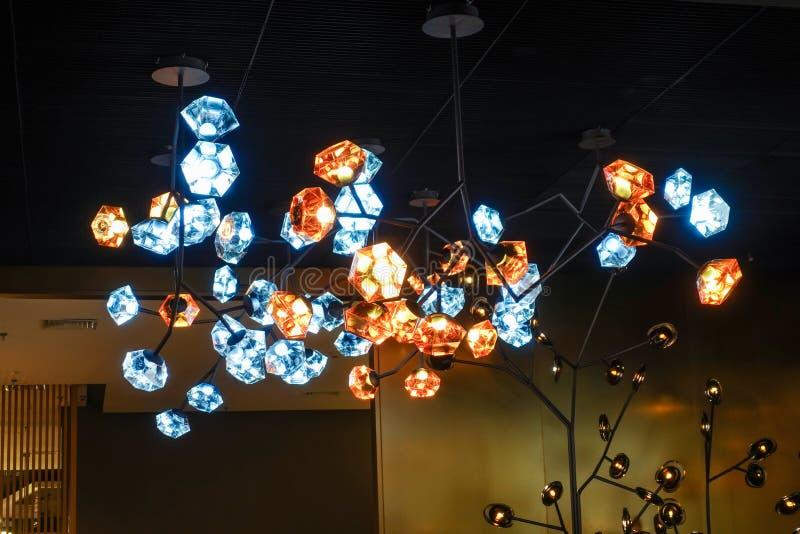 Lâmpada conduzida do candelabro da iluminação no salão de construção comercial moderno do hotel foto de stock royalty free