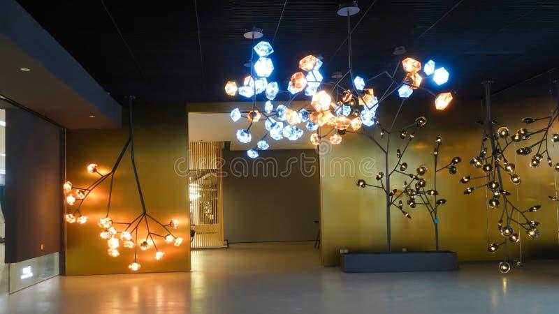 Lâmpada conduzida do candelabro da iluminação no salão de construção comercial moderno do hotel imagem de stock royalty free