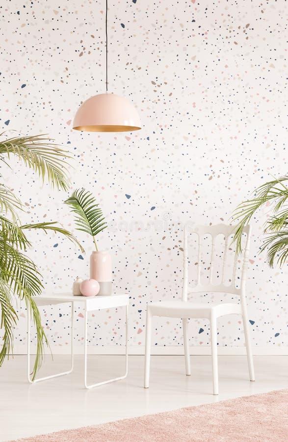 Lâmpada cor-de-rosa acima da cadeira branca e tabela no inte brilhante da sala de visitas imagens de stock royalty free