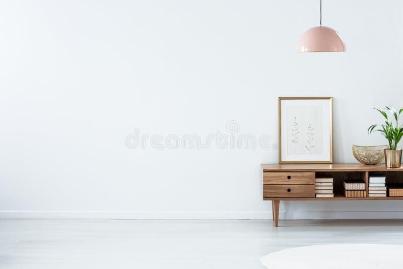 Lâmpada cor-de-rosa acima do aparador de madeira fotografia de stock