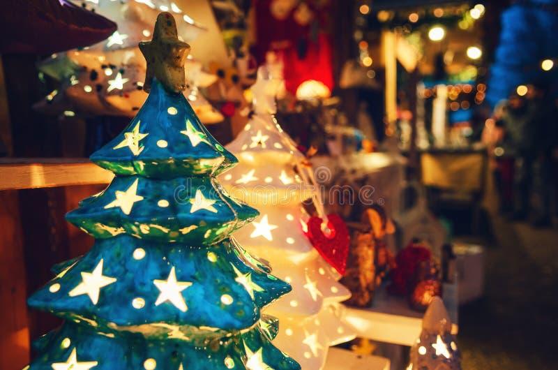 Lâmpada da árvore de Natal em um mercado italiano tradicional do Natal fotos de stock royalty free