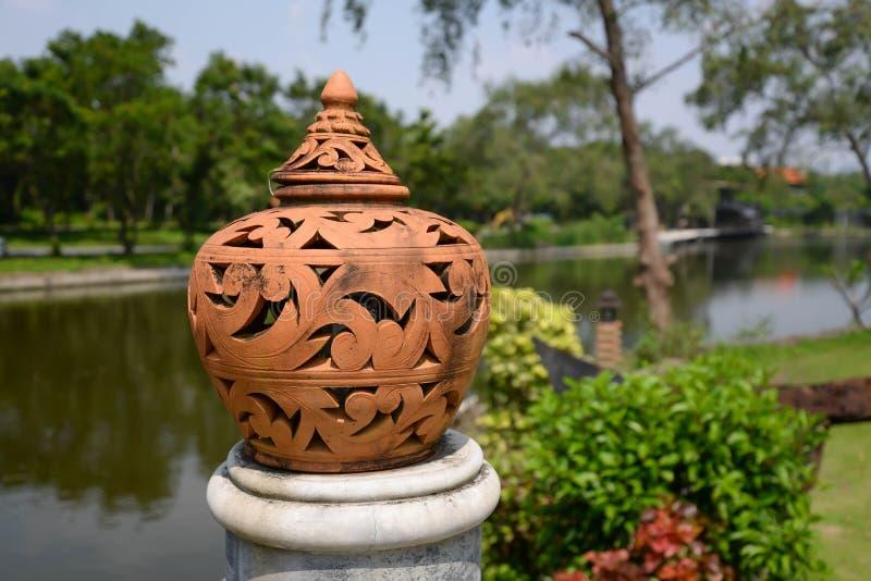 Lâmpada da cerâmica com estilo tailandês imagem de stock royalty free