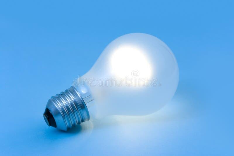 Lâmpada da iluminação no fundo azul foto de stock royalty free