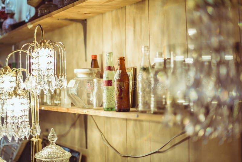 Lâmpada da prateleira e do cristal na loja de produtos usados fotografia de stock
