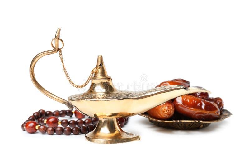Lâmpada, datas e grânulos mágicos de Aladdin imagens de stock royalty free