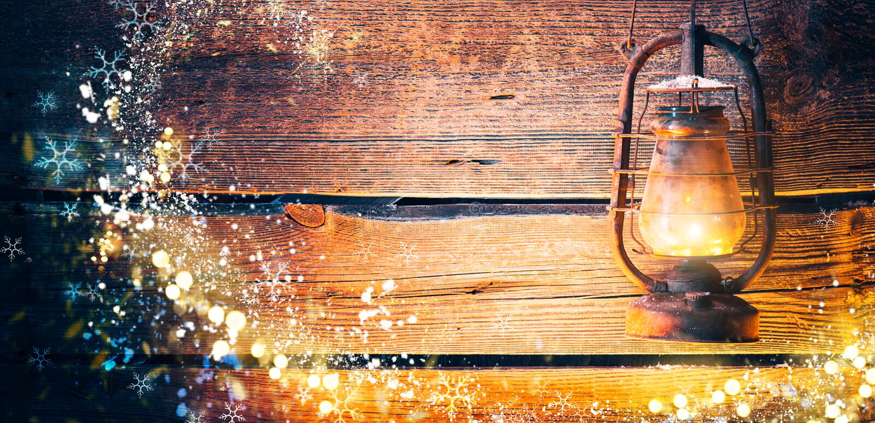 Lâmpada de óleo do vintage sobre o fundo de madeira do Natal foto de stock
