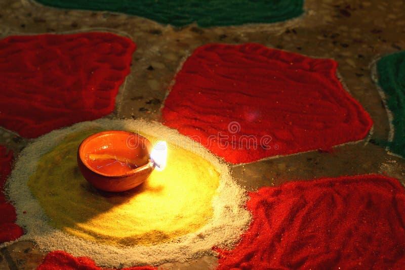 A lâmpada de óleo iluminou-se no rangoli colorido, celebração do diwali fotos de stock royalty free