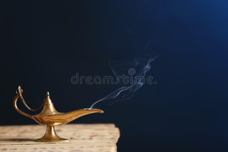Lâmpada de Aladdin dos desejos na tabela de madeira fotos de stock