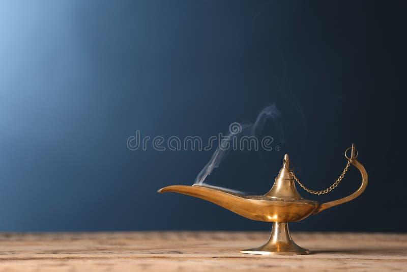 Lâmpada de Aladdin dos desejos na tabela de madeira a foto de stock royalty free