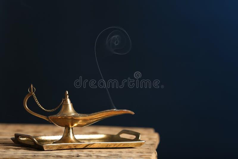 Lâmpada de Aladdin dos desejos na tabela de madeira fotos de stock royalty free