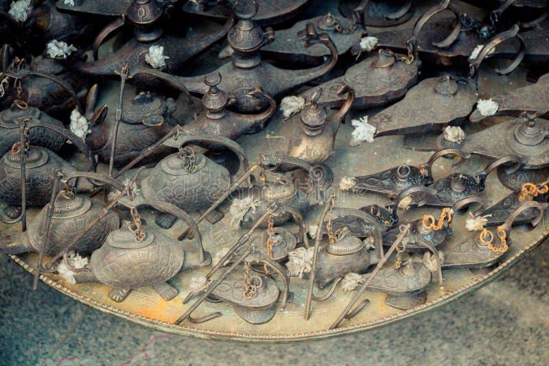 Lâmpada de Aladdin dos desejos no metal com testes padrões fotos de stock royalty free