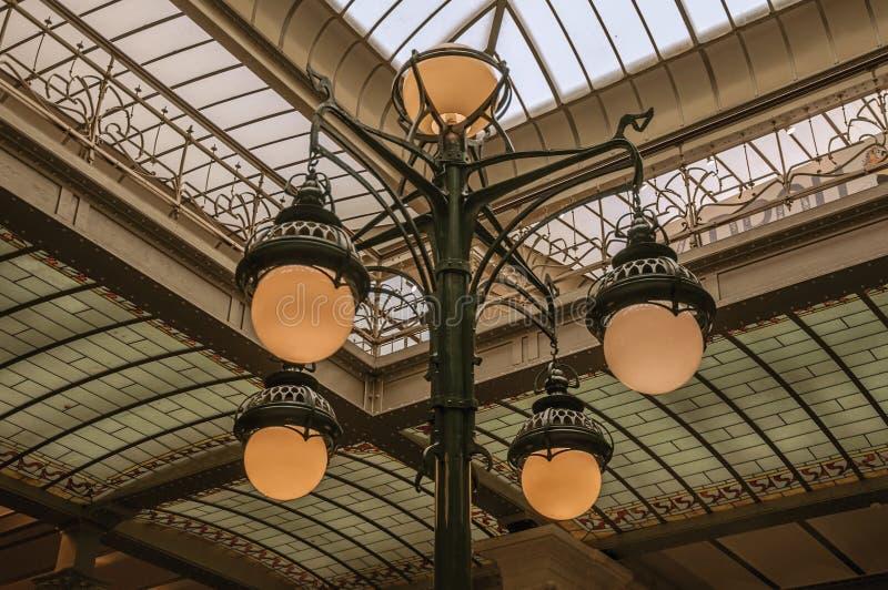 Lâmpada de Art Nouveau e teto de vidro em uma construção velha, em Bruxelas fotos de stock