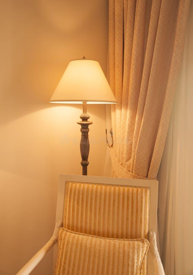 Lâmpada de assoalho clássica na sala de hotel imagem de stock royalty free