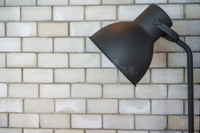 Lâmpada de assoalho na sala do tijolo fotografia de stock