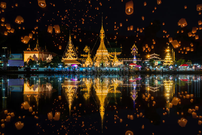 Lâmpada de flutuação no festival de peng do yee em templos de Wat Chong Klang e de Wat Chong Kham fotografia de stock