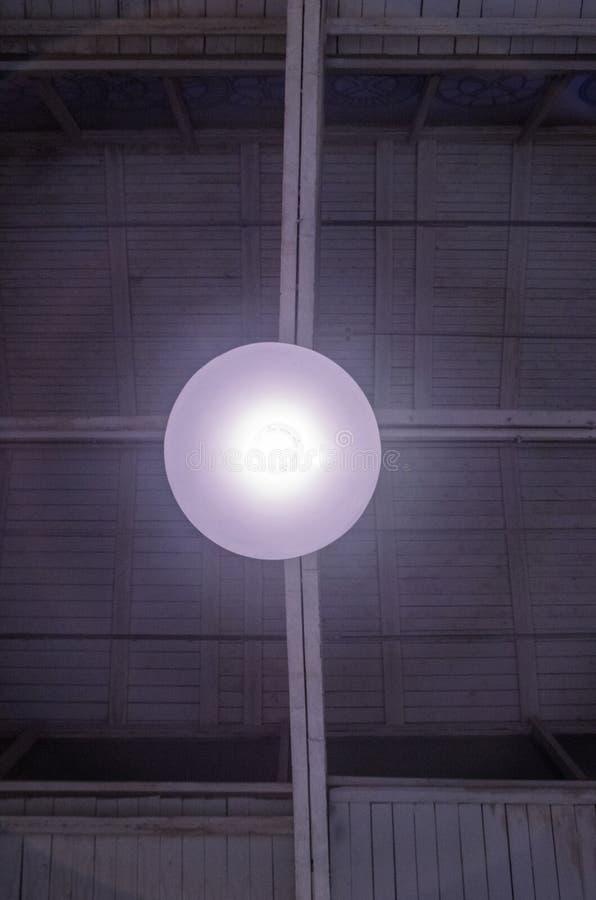 Lâmpada de incandescência da garagem sob o teto cores brancas cinzentas foto de stock