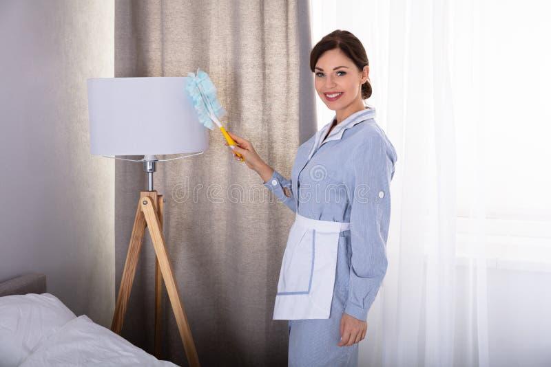 L?mpada de limpeza da empregada dom?stica fotografia de stock royalty free