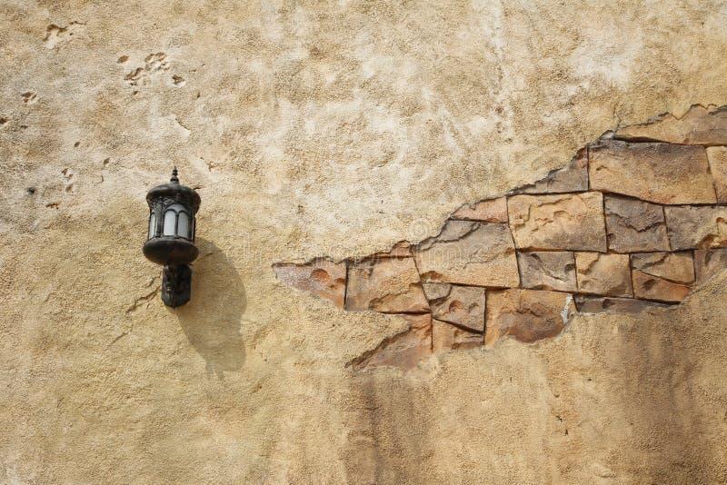 Lâmpada de parede com uma parede rachada imagens de stock