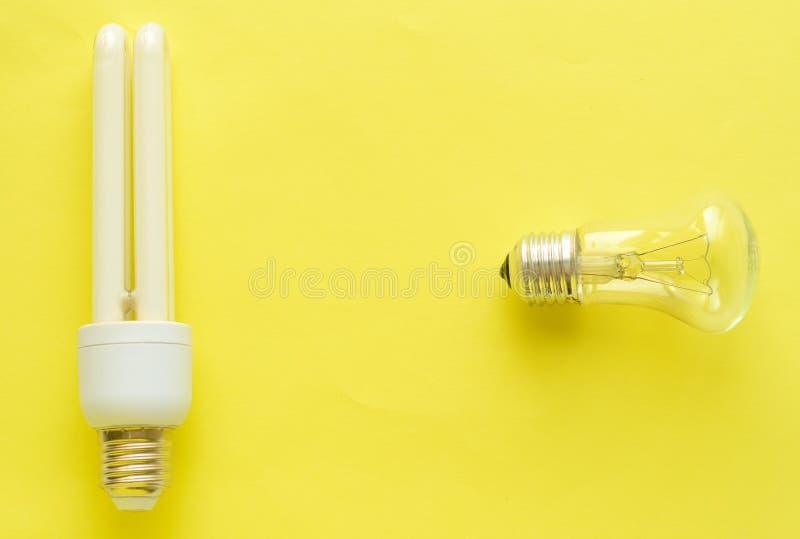 Lâmpada de poupança de energia contra Lâmpada Incandescent foto de stock royalty free