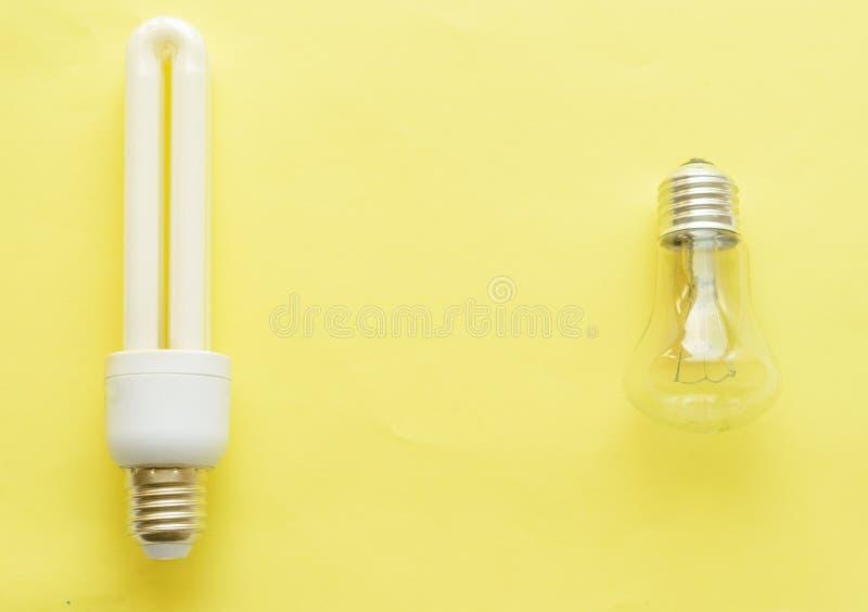 Lâmpada de poupança de energia contra Lâmpada Incandescent fotos de stock