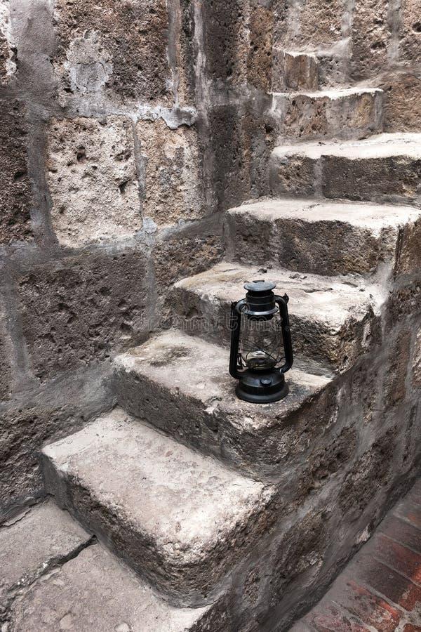 Lâmpada de querosene em uma escadaria velha foto de stock