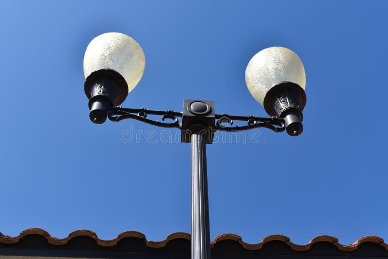 Lâmpada de rua alta com os globos do vidro geado fotografia de stock royalty free