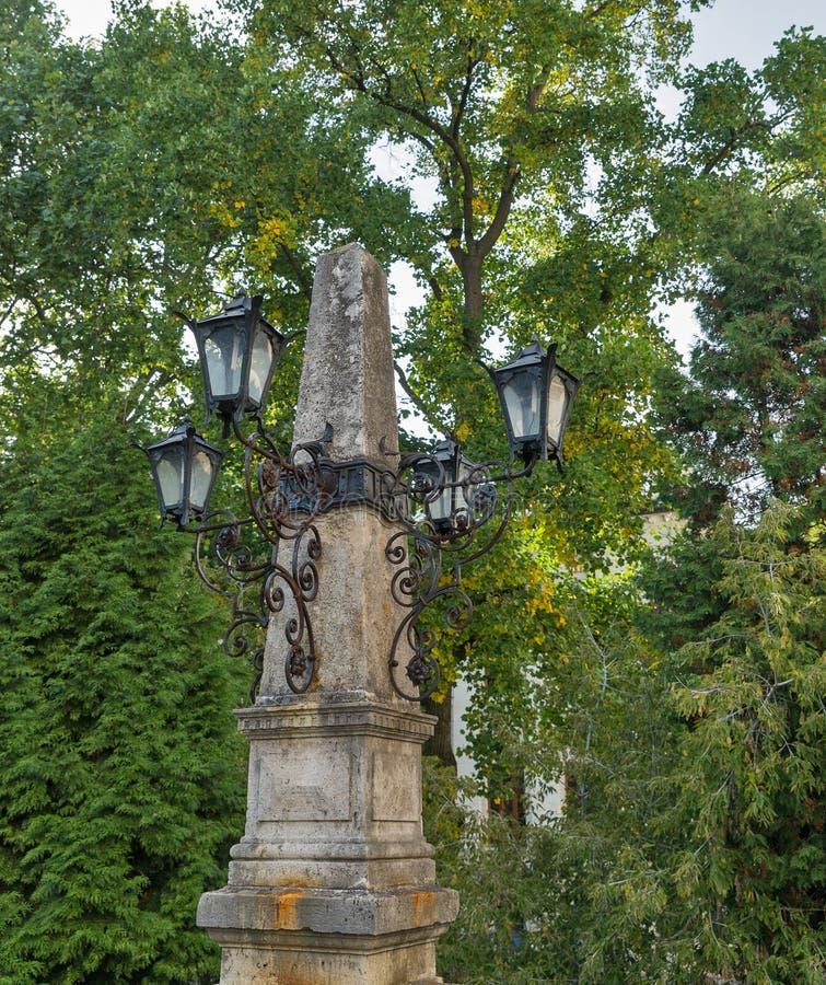 Lâmpada de rua antiga no parque Banska Stiavnica, Slovakia fotos de stock