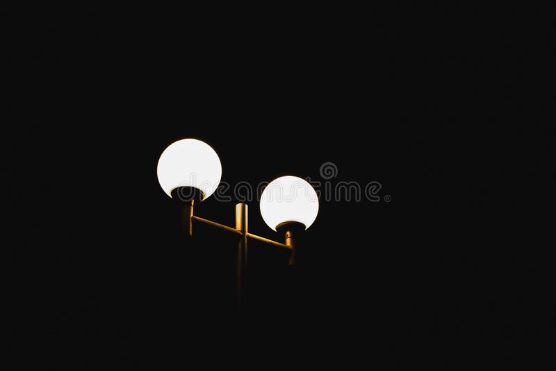 A lâmpada de rua brilha na noite fotografia de stock royalty free