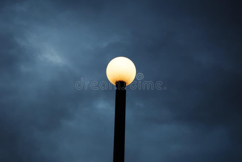 Lâmpada de rua contra um céu imagem de stock royalty free
