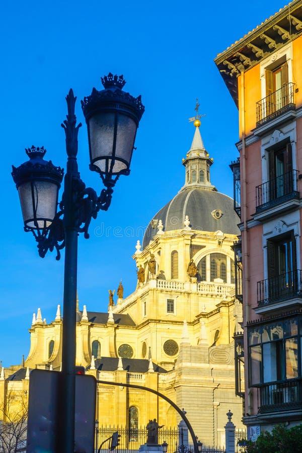 Lâmpada de rua e a catedral, no Madri imagem de stock