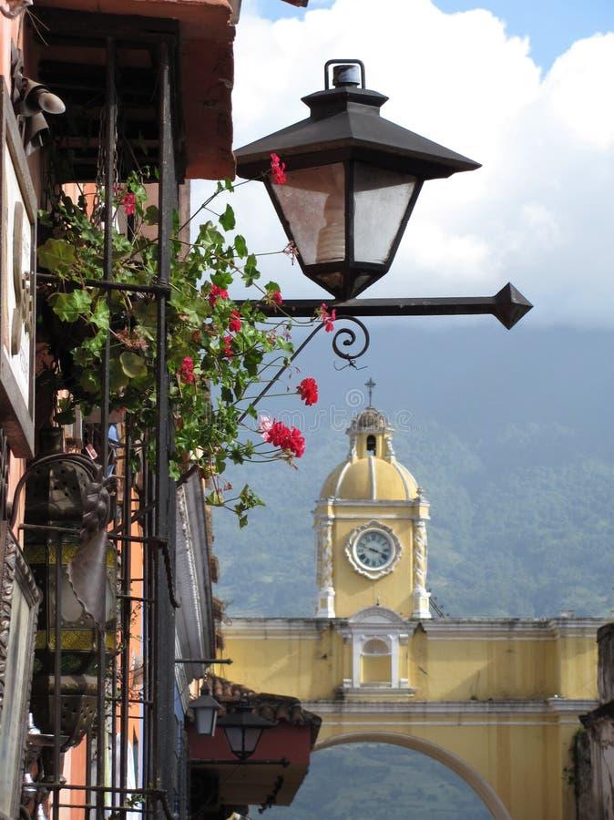 Lâmpada de rua e o Arco de Santa Catalina na Guatemala de Antígua imagens de stock royalty free