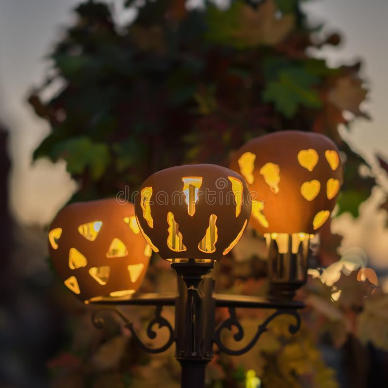 Lâmpada de rua elétrica luminosa bonito decorada com abóboras cinzeladas Decoração por feriados, colheita, ação de graças fotos de stock