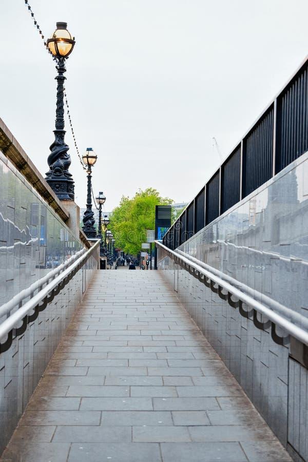 Lâmpada de rua em Victoria Embankment em Thames River em Londres imagem de stock royalty free