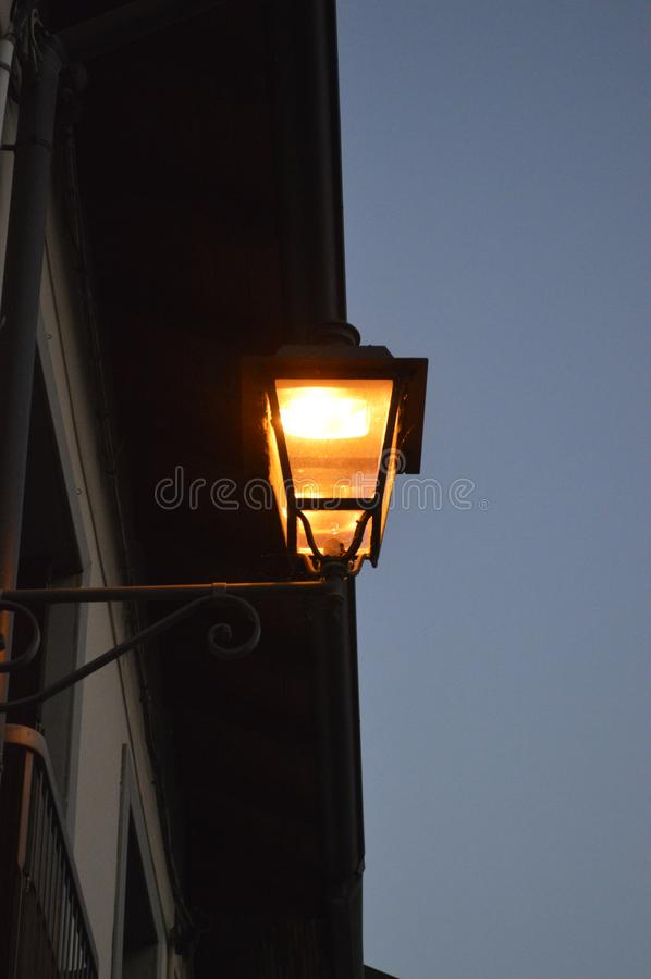 Lâmpada de rua iluminada na noite imagens de stock royalty free