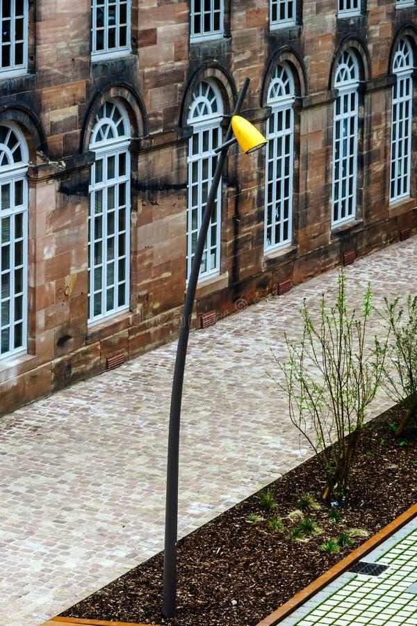 Lâmpada de rua moderna em Saverne, França foto de stock royalty free